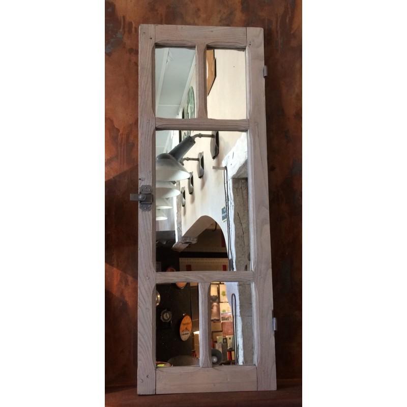 Ensemble De Miroir Montés Dans Une Ancienne Fenêtre Bois Patinée