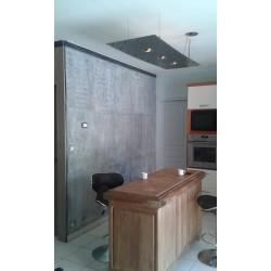 mur en cuisine: effet béton gris bleuté; incrustation d'inserts en métal