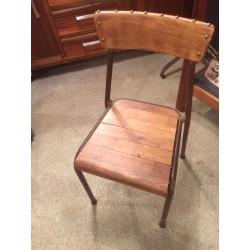 Chaise bois cloutée